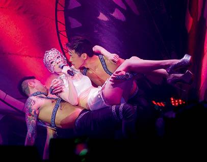 跳得更放 全晚反應最熱烈的時刻,關心妍穿上性感舞衣,與赤裸上身的舞蹈員大跳熱舞,已為人妻的女歌手只要丈夫不介意,不用太多顧忌,可以比未出嫁前表演得更放膽。
