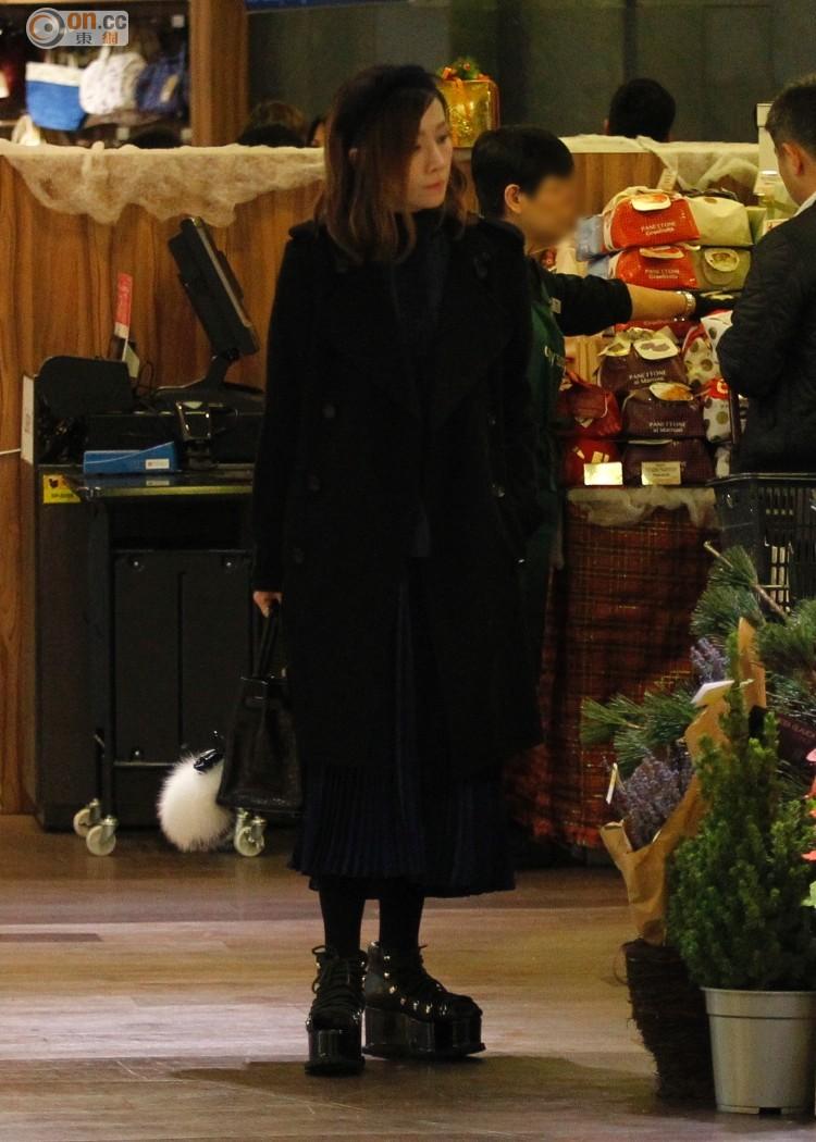 關心妍全黑打扮行超市。