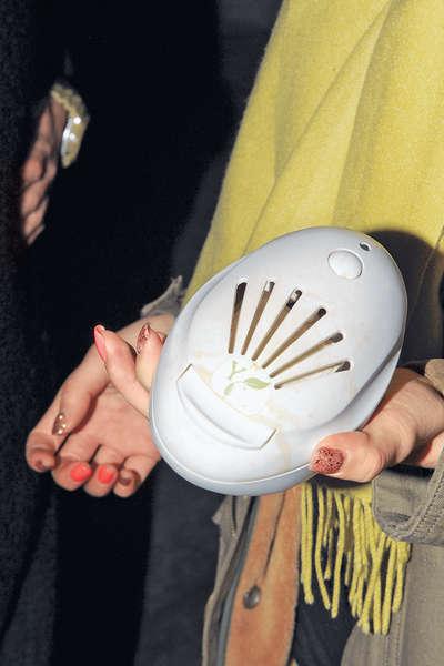 近日天氣轉冷,她帶備電子暖蛋取暖。