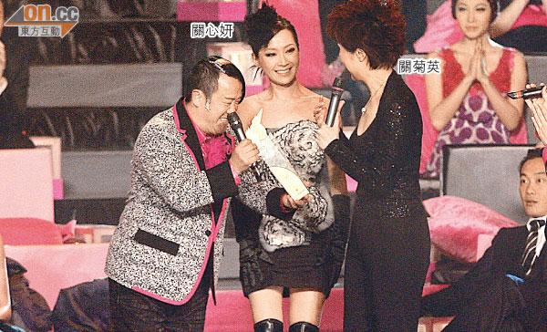 當年關心妍在頒獎禮上搶關菊英的獎座,相當尷尬。