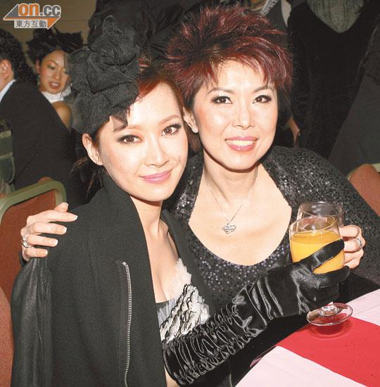 關心妍(左)在慶功宴上向關菊英敬酒道歉。