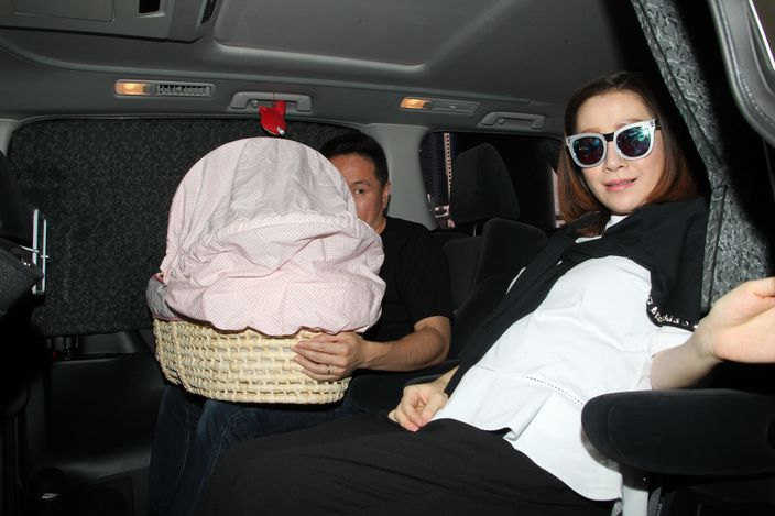 關心妍與老公及囡囡坐車離開。