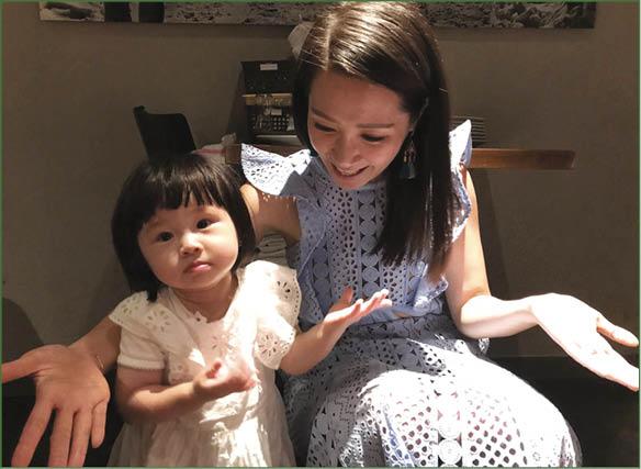 女兒心心已一歲多,Jade說她是小網紅,大家都喜歡看她的video,這晚是Jade生日,喜歡周圍行的心心幫忙招呼好友。