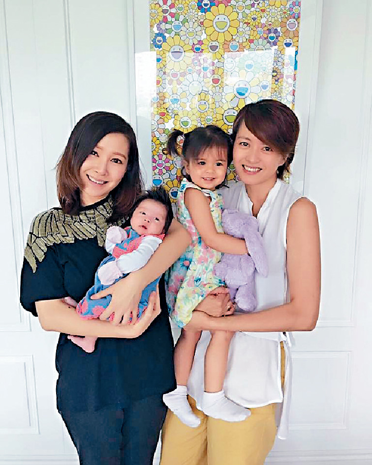 Jade跟梁詠琪好啱傾,兩個索媽不時交流湊女心得。