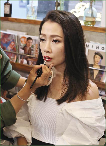 Jade希望年輕人遇上什麼問題都要說出來,宣傳照特別化了特別的唇妝。