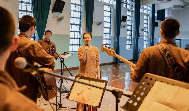 懲教署今日推出名為「舞台Reborn」短片,講述歌手關心妍與壁屋懲教所青少年在囚人士組成的樂隊一起演奏和合唱,透過音樂幫助他們更生。(懲教署圖片)
