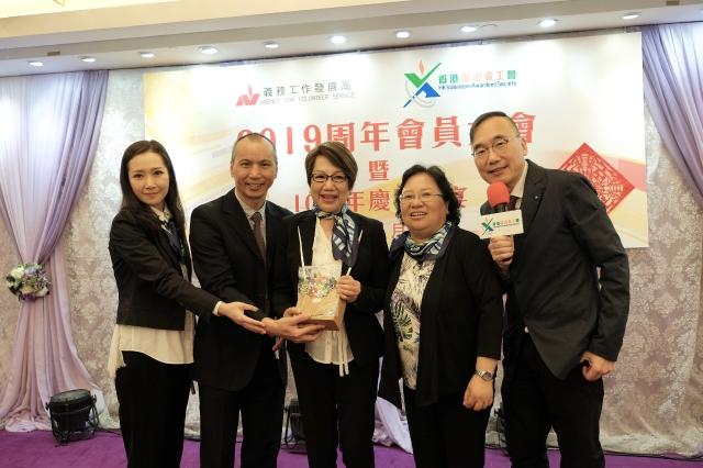 Jade多年來致力投身慈善活動,2011年獲得第四屆「香港傑出義工獎」,除了是首位香港歌手獲得此殊榮,也是唯一一位同時得到「香港十大傑出青年」和「香港傑出義工」兩項殊榮的香港歌手。