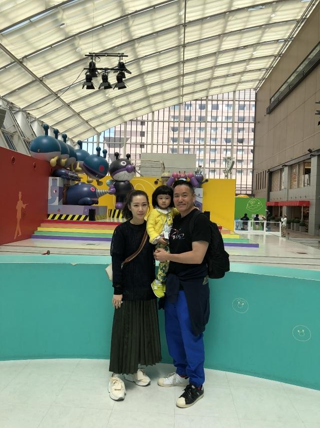 七月將在廣州舉行內地巡迴首站演出,趁住開始為演唱會積極備戰之前,Jade一家三口與老爺奶奶一起到日本福岡過母親節。