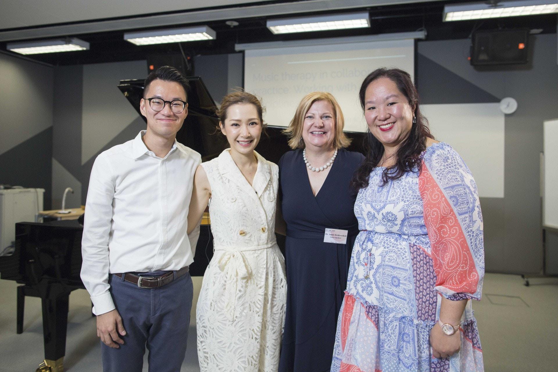 關心妍早前舉行講座向大眾推廣音樂治療,同場有「香港創意藝術治療中心」音樂治療師何顯斌(左一)及梁曉盈(右一),以及音樂治療權威Dr.Annie Heiderscheit。(黃寶瑩攝)