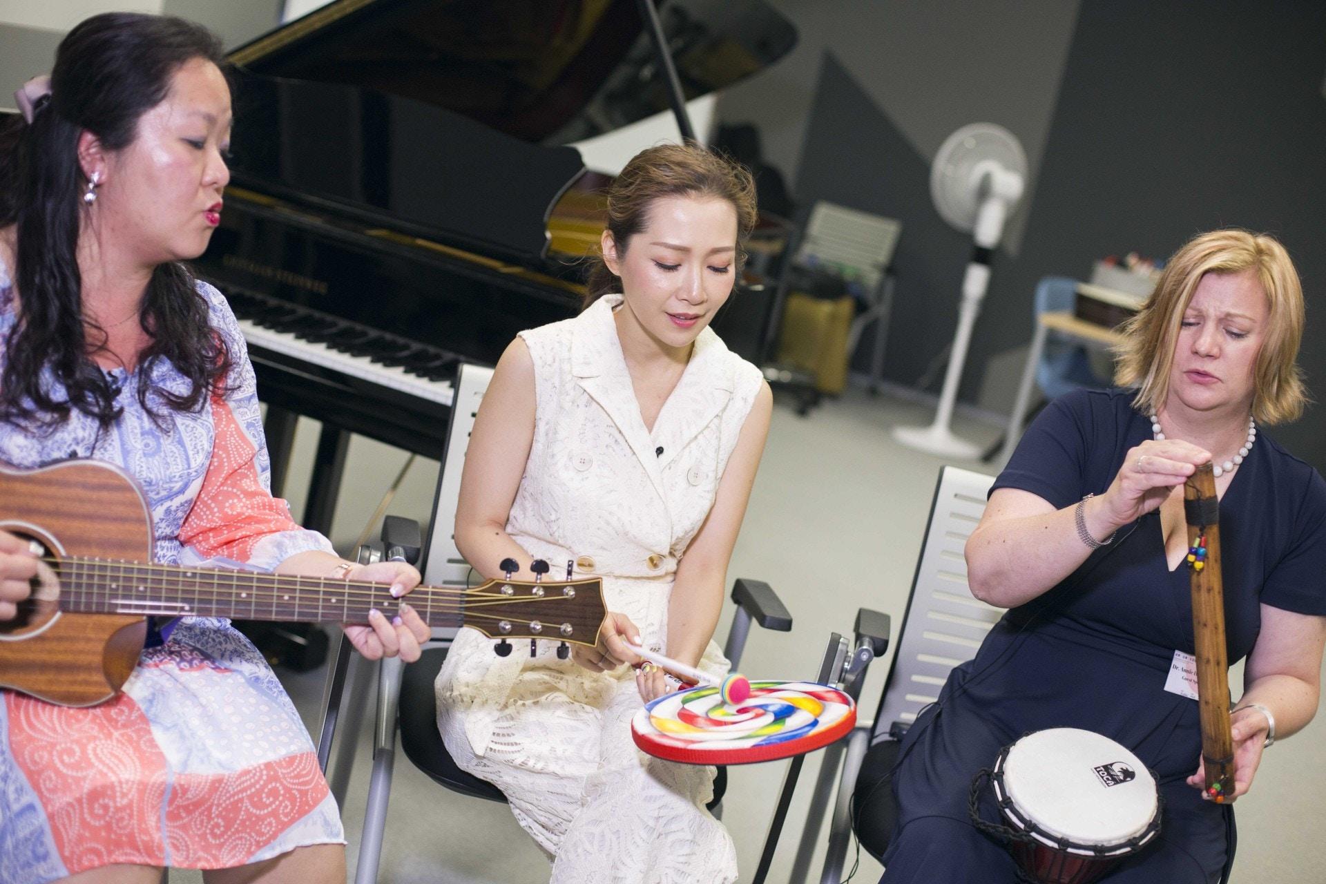 關心妍與兩位音樂治療師現場示範,如何利用音樂去為受助對象減壓。(黃寶瑩攝)