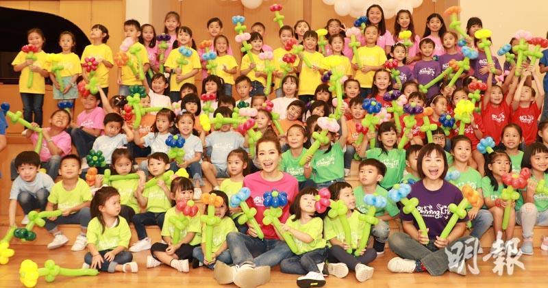 關心妍與過百名小朋友演出。(大會提供/明報製圖)