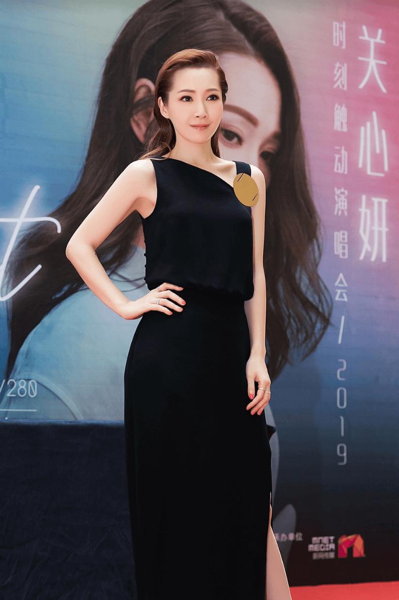 2019年11月12日 明周娛樂mp weekl關心妍著高叉裙 自嘲得32吋長腿a