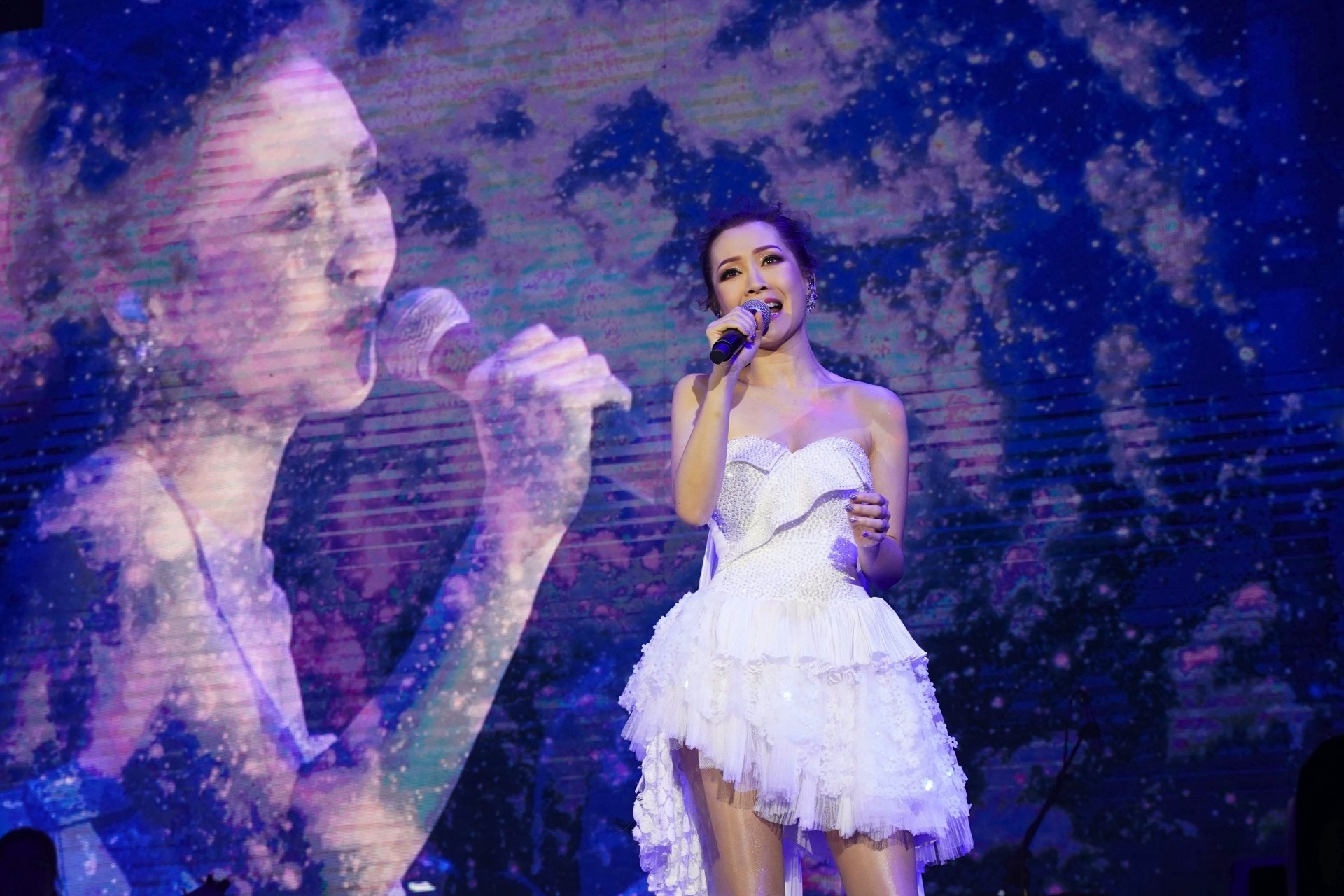 關心妍日前舉行巡唱東莞站,一口氣唱出《你有心》、《我太強》、《手下敗將》、《放生》等經典作品,帶樂迷回到他們的青春時代。