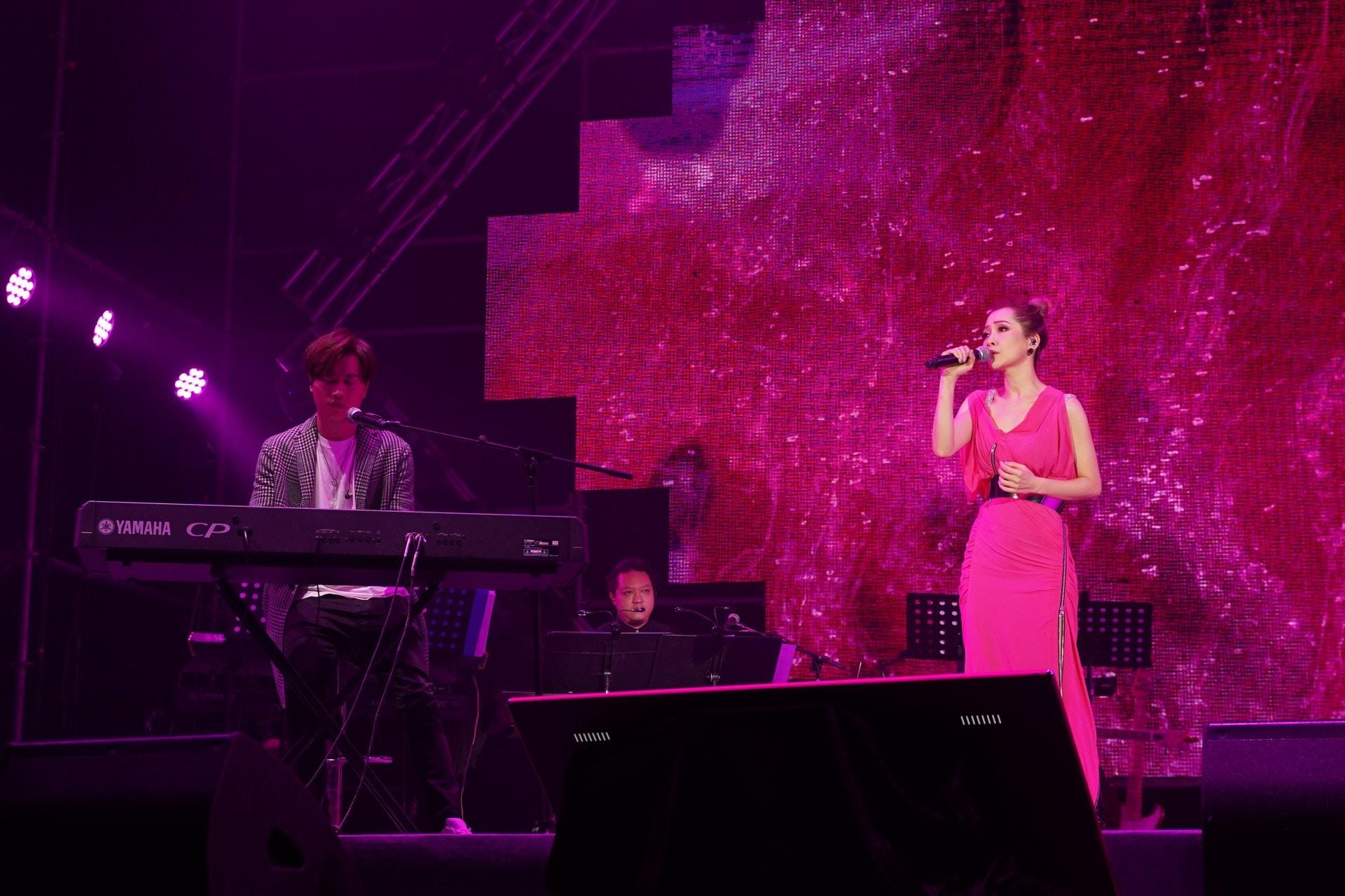 關心妍與羅力威合唱新歌《 時刻》。
