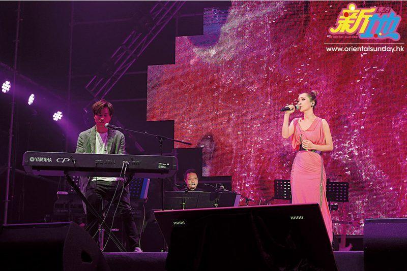 Jade大讚羅力威彈得一手好琴,羅力威更即場為Jade以鋼琴伴奏新歌〈時刻〉,然後 兩人再合唱網路神曲〈可不可以〉。