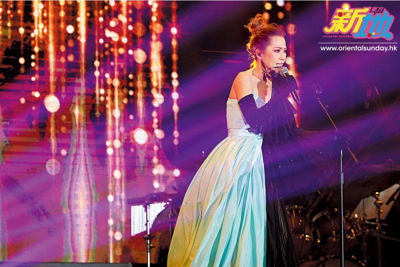 Jade一氣呵成唱出多首經典金曲,幾乎每首歌都同歌迷全場大合唱,現場氣氛高漲。