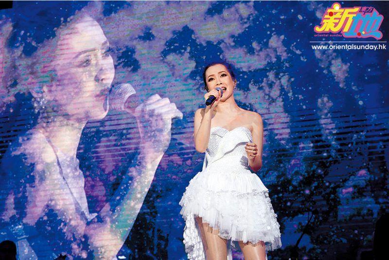 見到歌迷反應熱烈,Jade開心表示:「我知道大家都係為自己嘅青春搶票,今晚等我帶大家返番去我哋嘅青春年代!」